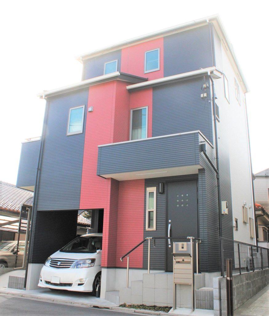 【3階建て】ブラック&レッド、スタイリッシュな外観に、シンプルなモノトーンで仕上げた内観